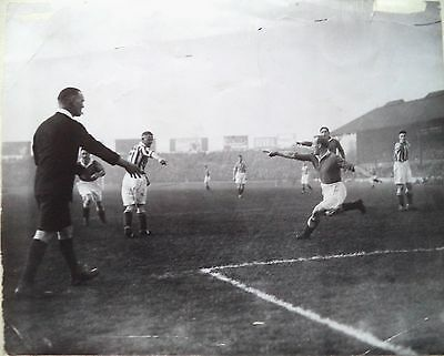 CHELSEA v WEST BROMWICH 1933 – HUGHIE GALLAGHER APPEALS, FOOTBALL PHOTOGRAPH