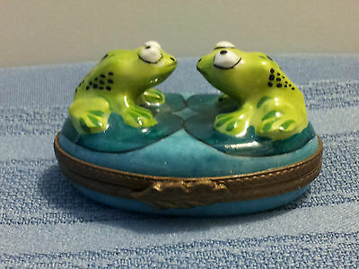 """GENUINE LIMOGES """"THE GREAT STARE STANDOFF"""" FROGS ON LILY PADS Trinket Box!!!"""