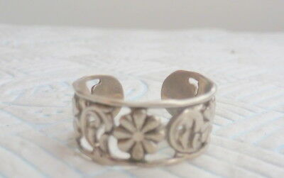 Pretty Silver Clasp On Ring