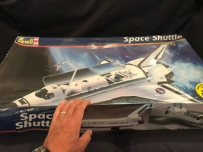 """LARGE 1/72 scale Revell Space Shuttle kit with payloads and """"Mission Patch"""""""