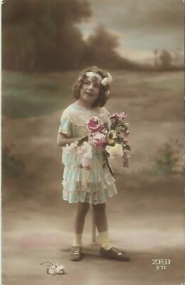 WW1 POSTCARD, FRANCE (1917): Girl with Flowers, 1 Fallen Rose ꟷ Message on Rev