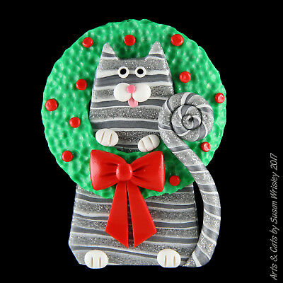 Silver Tabby Kitty Cat in a Christmas Wreath Holiday Pin - SWris