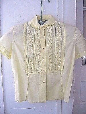 LOVELY VINTAGE 1950 YELLOW COTTON BLOUSE w/VERTICAL PINTUCKS AND LACE, FRONT BIB
