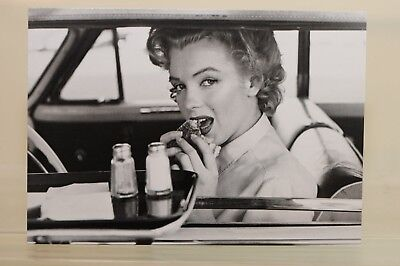 MARILYN MONROE at the Drive-In,1952 by Philippe Halsman, Kunst - Postkarte