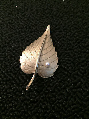 Lovely Vintage Brushed Gold tone faux Pearl leaf Brooch Pin jewelry vtg