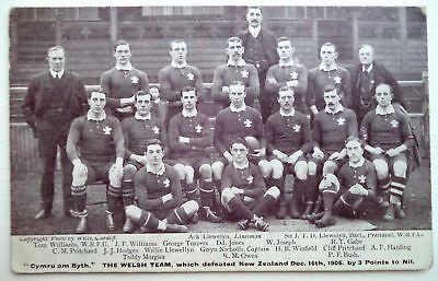 WALES VICTORIOUS 1905 RUGBY UNION TEAM v NEW ZEALAND ORIGINAL VINTAGE POSTCARD