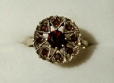 BEAUTIFUL ANTIQUE VICTORIAN 9 CARAT YELLOW GOLD AND GARNET RING.size 7.5 approx.