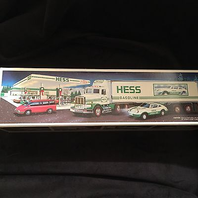 NEW 1992 Hess 18 Wheeler And Racer with Working Lights Unopened Box