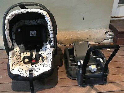 Peg Perego Portable Baby Capsule with car seat base unit