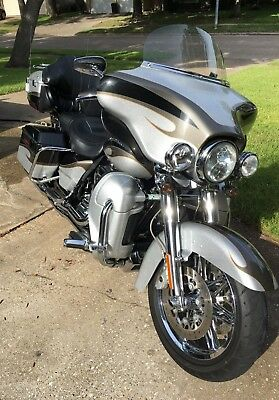 2013 Harley-Davidson Touring  2013 HARLEY ULTRA CLASSIC CVO FLHTCUSE8  Screamin Eagle