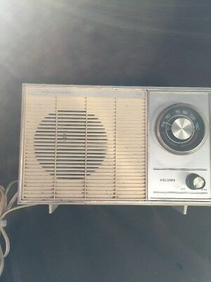 1977 Realistic Model 12-682A Solid State AM Radio