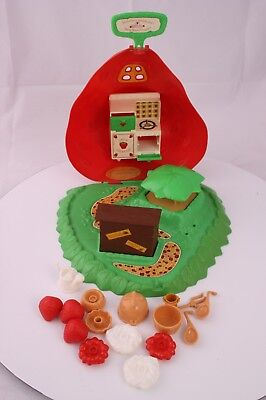 1980 Strawberry Shortcake Berry Bake Shoppe with Accessories