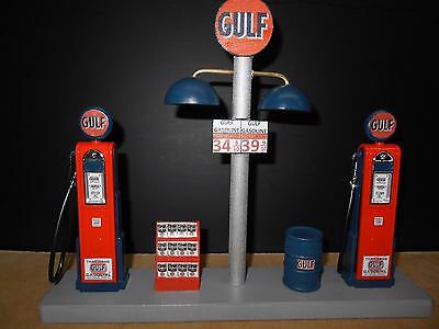 """HAND CRAFTED /"""" GULF /"""" GAS PUMP ISLAND DISPLAY W// GAS PRICE SIGN NEW 1:18TH"""
