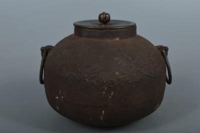 M4908: Japan Old Iron Paulownia sculpture TEAKETTLE Teapot Chagama w/copper lid