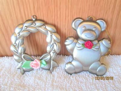 1993 & 94 Gloria Duchin Pewter Bear And Wreath With Rose Christmas Ornament Usa