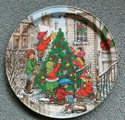 Vintage Potpourri Press CHRISTMAS Round Tin Tray 1989 Excellent condition.