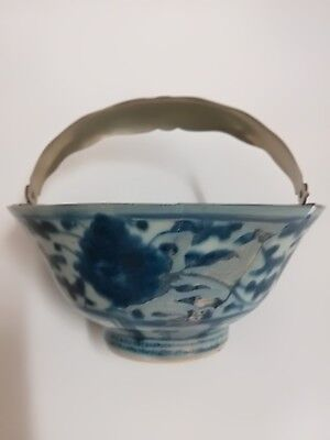 CHINESE BLUE AND WHITE MING DYNASTY PORCELAIN BOWL With Handle.