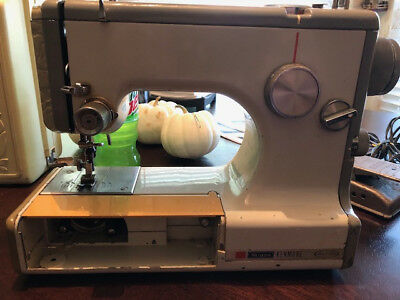 Sears Kenmore 158.10401 (Model 1040) Sewing Machine With Foot pedal And CASE