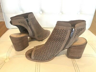 d268b005e16 VINCE CAMUTO VC Lidie Perforated Peep Toe Shoes Sandals women's 9 tan