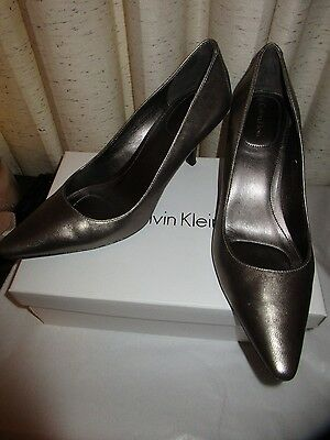 a05afe7234aa Calvin Klein Dolly Women s Bronze Leather Classic Pump Shoes Sz 9.5 M  Pre-Owned