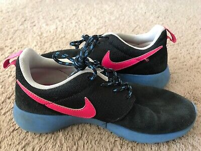 f0915ecbf633 Size 4.5Y Youth Girls NIKE ROSHE RUN Black w  Fuchsia   Blue Details 599729