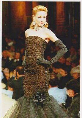 Carla BRUNI  - DEFILE Yves SAINT-LAURENT PRINTEMPS ETE 96 Photo Presse Originale