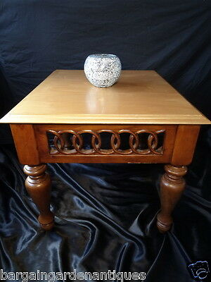 Vintage Français Colonial Style Acajou Canted Bord or Haut Centre Café Table