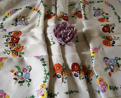 Exquisite Vtg Hand Embroidered Irish Linen Tablecloth ~ Daisies