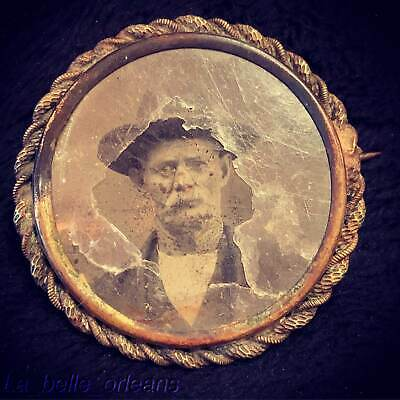 ANTIQUE VICTORIAN 9kt GOLD VICTORIAN MOUNING BROOCH TINTYPE. MAN W/HAT.