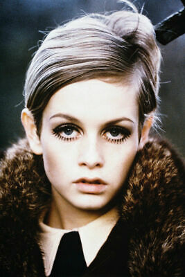 236423 Twiggy iconic 1960's pose with bobbed haircut WALL PRINT POSTER CA