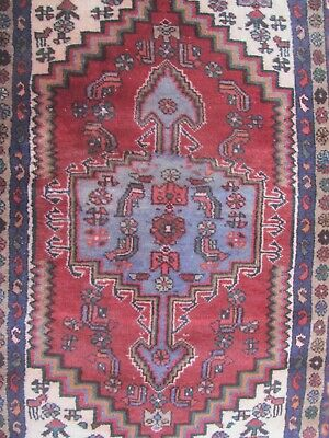 A LOVELY OLD HANDMADE TRADITIONAL ORIENTAL RUG (140 x 84 cm)