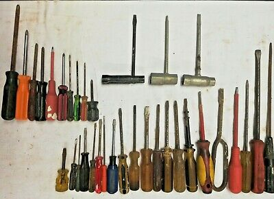 34 mainly vintage screwdrivers - 10 Phillips and 21 Slot heads plus 3 combo