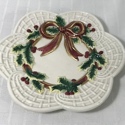 Fitz & Floyd Essentials Scalloped Lattice Plate with Bow and Holly