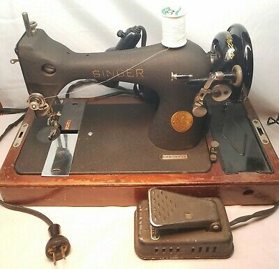 Working 1947 Singer Sewing Machine with Solid Oak Wood Case