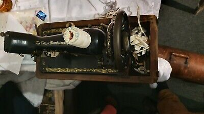 Vintage antique Singer sewing machine, hand crank, oringinal case & accessories