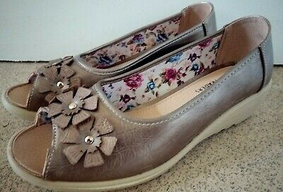 Ladies Cotton Traders Beautiful Leather Slip On Shoes With Floral Pattern Size 5