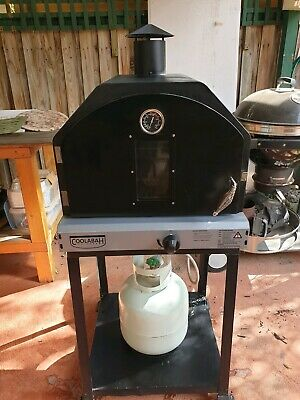 Pizza oven. Good condition. 3 pizza stones. Full gas bottle
