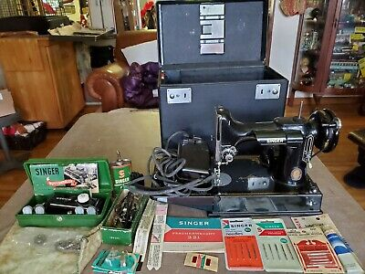 VINTAGE 1950s SINGER FEATHERWEIGHT SEWING MACHINE MODEL 221