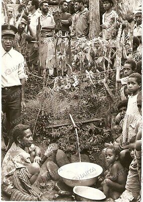 1981 PAPUA NEW GUINEA Ritual feast with jawbones of pigs WHO photo ABCEDE *Water
