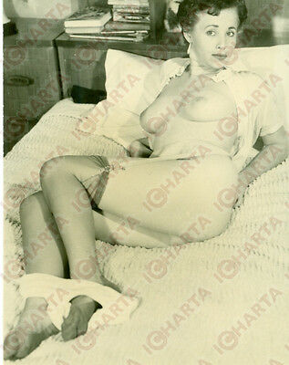 1955 ca EROTICA VINTAGE Naked woman removing her pants *FOTOGRAFIA