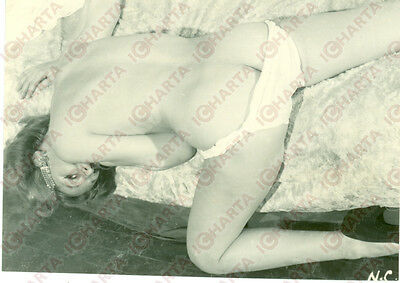 1965 ca EROTICA VINTAGE Naked girl lying down reclined on bed  *FOTO