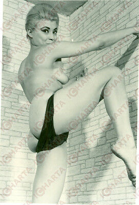 1960 ca EROTICA VINTAGE Mature woman leaning naked against wall *FOTO