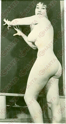 1960 ca EROTICA VINTAGE Mature woman leaning naked against the wall *FOTO