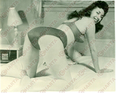 1965 ca EROTICA VINTAGE Mature woman crawling on the bed *FOTO