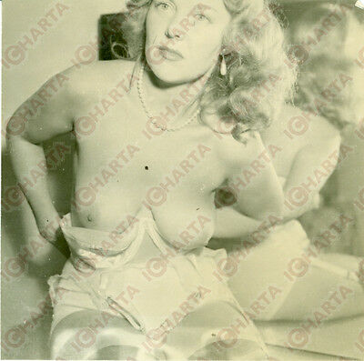 1965 ca EROTICA VINTAGE Mature blonde woman removing her bra *FOTO