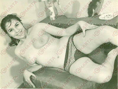 1965 ca EROTICA VINTAGE Young TOPLESS woman lying down *FOTO