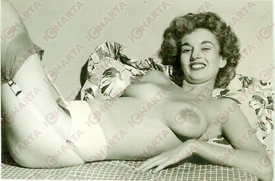 1965 ca EROTICA VINTAGE Hairy TOPLESS woman lying on a bed *FOTO