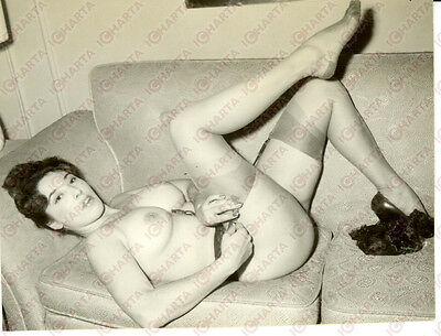 1955 ca EROTICA VINTAGE Naked sexy PIN-UP lying on the couch *VERA FOTOGRAFIA