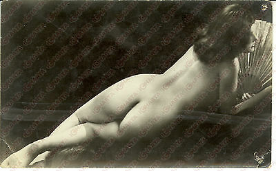 1965 ca EROTICA VINTAGE Sexy lady reclined naked covering with a fan *REAL PHOTO