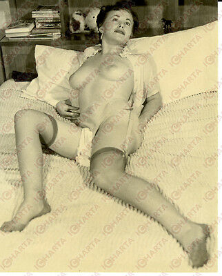 1955 ca EROTICA VINTAGE Sexy topless woman lying on bed with nylon garter *PHOTO